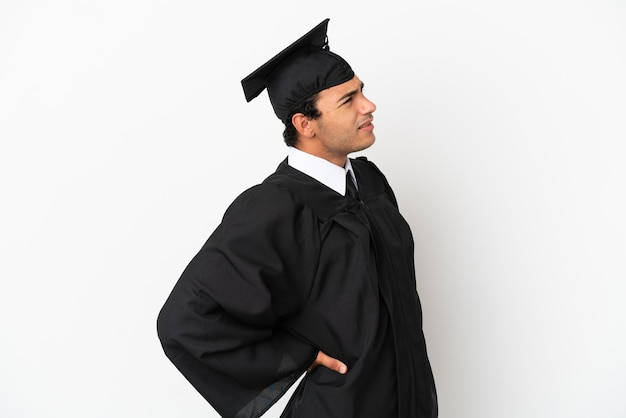 Jonge universitair afgestudeerde over geïsoleerde witte achtergrond die lijdt aan rugpijn omdat hij zijn best heeft gedaan