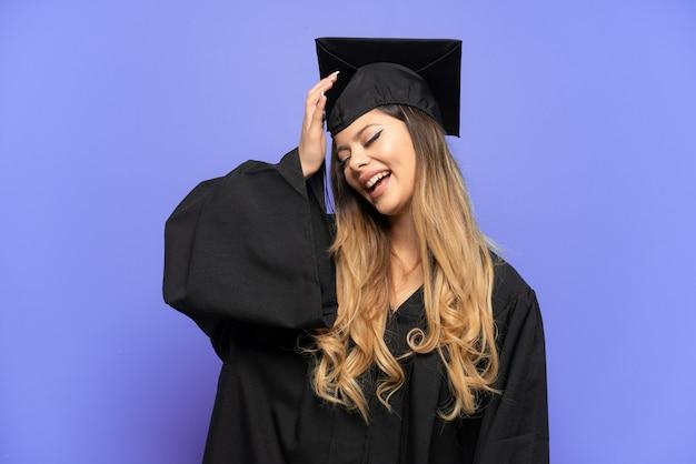 Jonge universitair afgestudeerde russisch meisje geïsoleerd op een witte achtergrond lacht veel
