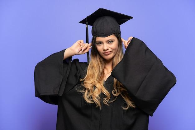 Jonge universitair afgestudeerde russisch meisje geïsoleerd op een witte achtergrond met twijfels en denken Premium Foto