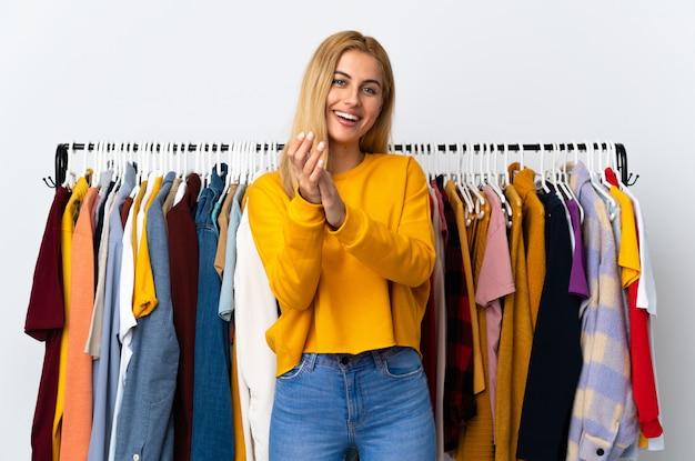 Jonge uruguayaanse blonde vrouw in een kledingwinkel applaudisseren na presentatie in een conferentie