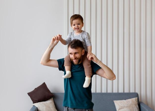 Jonge vader die tijd doorbrengt met zijn dochter