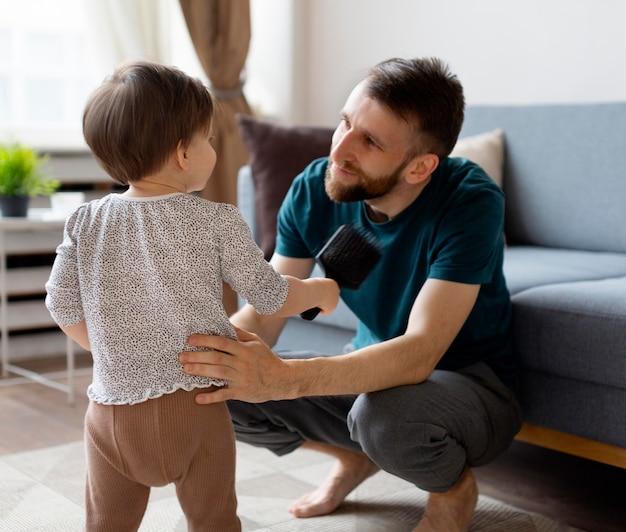 Jonge vader die tijd doorbrengt met zijn meisje