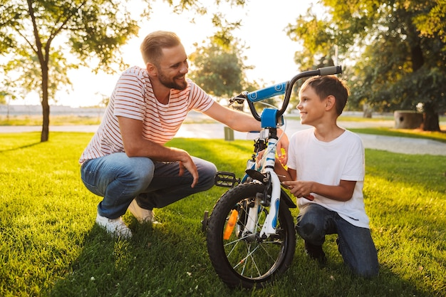 Jonge vader en zijn zoon die samen plezier hebben