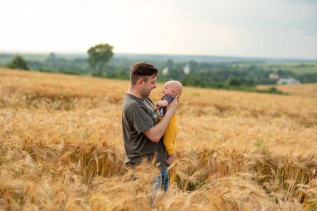 Jonge vader houdt zijn zoon in zijn armen