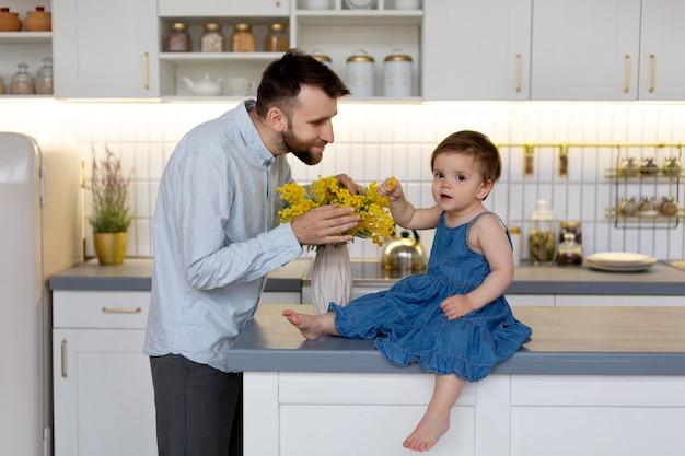 Jonge vader met zijn baby thuis