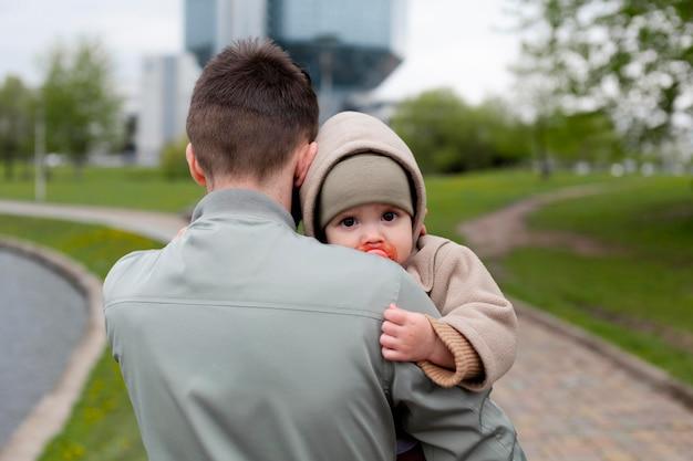 Jonge vader met zijn baby