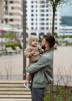 Jonge vader met zijn kind