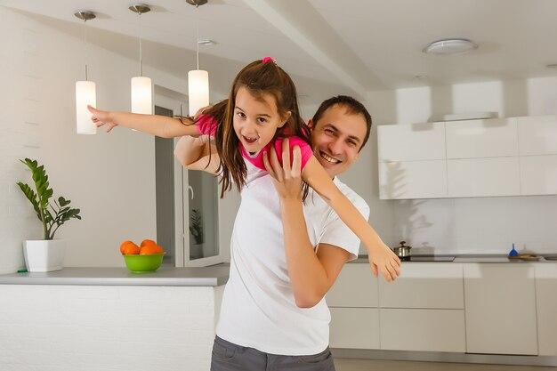 Jonge vader speelt met zijn dochter