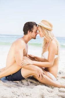 Jonge van aangezicht tot aangezicht paar en romancing zitting