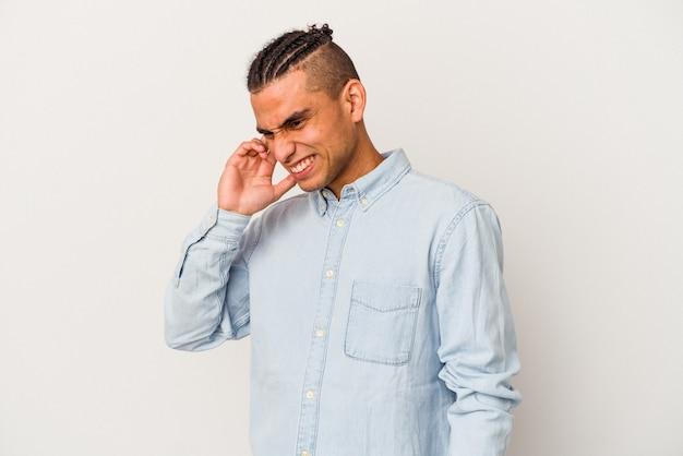 Jonge venezolaanse man geïsoleerd op een witte achtergrond die betrekking hebben op oren met handen.