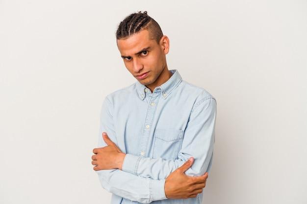 Jonge venezolaanse man geïsoleerd op een witte achtergrond verdacht, onzeker, u te onderzoeken.