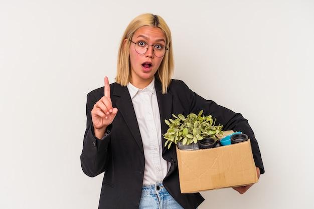 Jonge venezolaanse vrouw ontslagen uit werk geïsoleerd op een witte achtergrond met een idee, inspiratie concept.