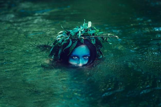Jonge verdrinken vrouw in een poëtische voorstelling.