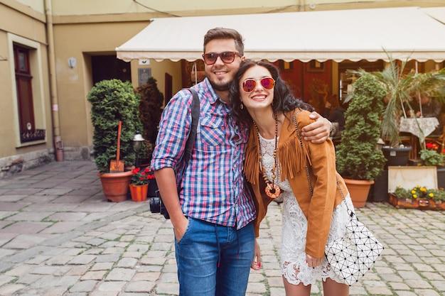 Jonge verliefde man en vrouw die door europa reizen