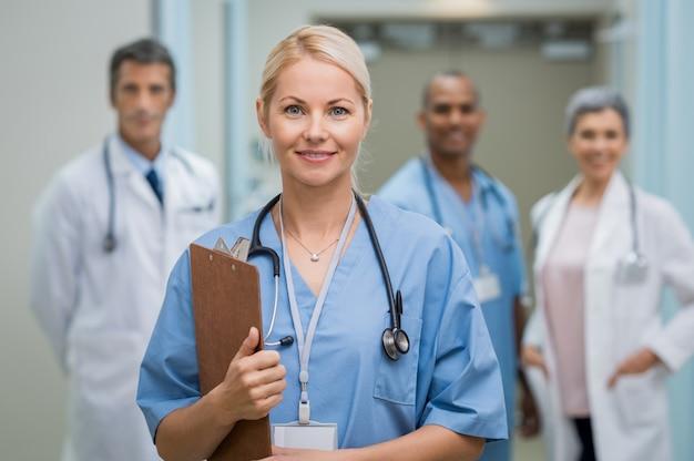 Jonge verpleegster en teamwork