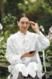 Jonge verpleegster in buiten. vrouwelijke dokter. afbeelding voor reclame voor wetenschappelijke ontwikkelingen in de voedings- en medische industrie.