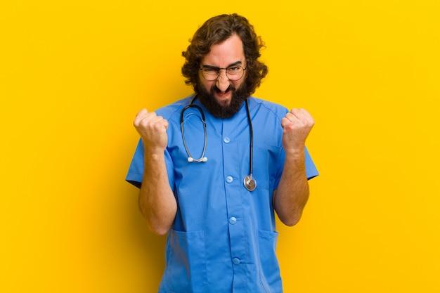 Jonge verpleegster man oneens pose