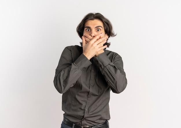 Jonge verrast knappe blanke man legt handen op de mond