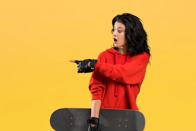 Jonge verrast schaatservrouw en het richten van geïsoleerde kant