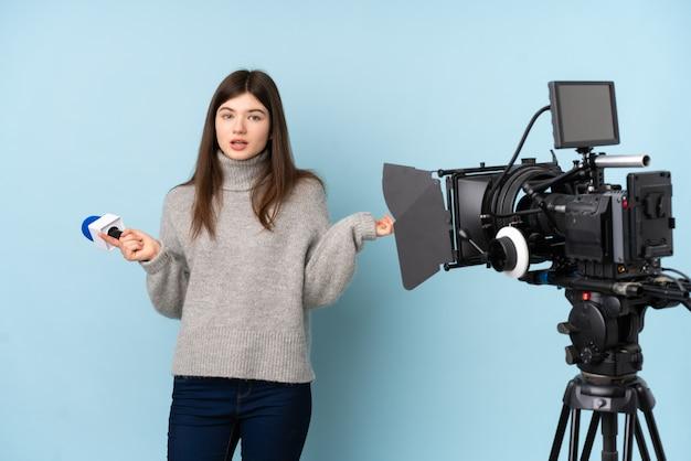 Jonge verslaggeversvrouw die een microfoon houdt en nieuws rapporteert dat op de zijtakken twijfels heeft