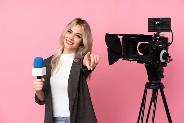 Jonge verslaggeversvrouw over geïsoleerde muur