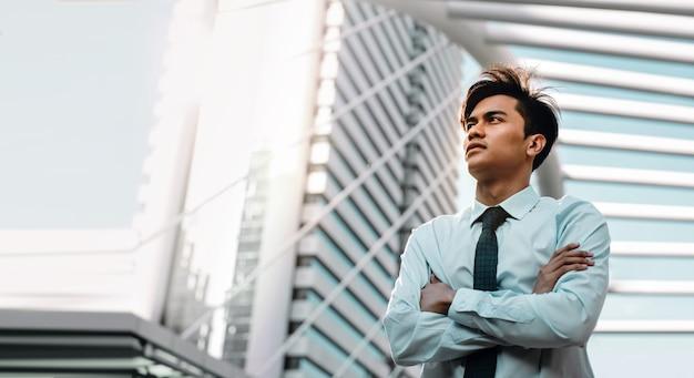 Jonge vertrouwen zakenman permanent in de stedelijke stad.