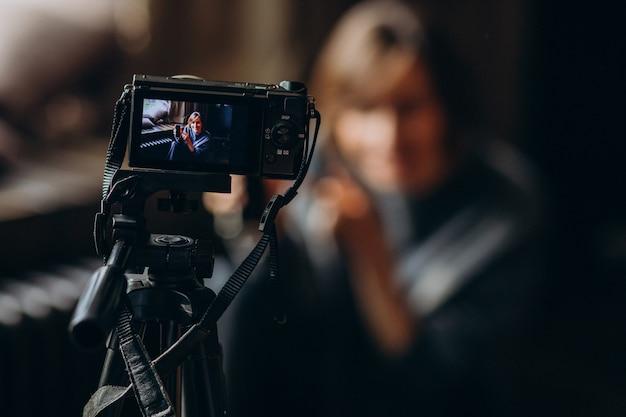 Jonge videoblogger maakt een videoreview voor haar vlog