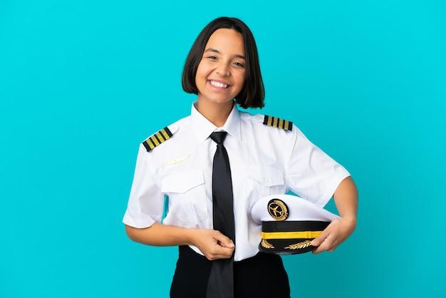 Jonge vliegtuigpiloot over geïsoleerde blauwe achtergrond lachen