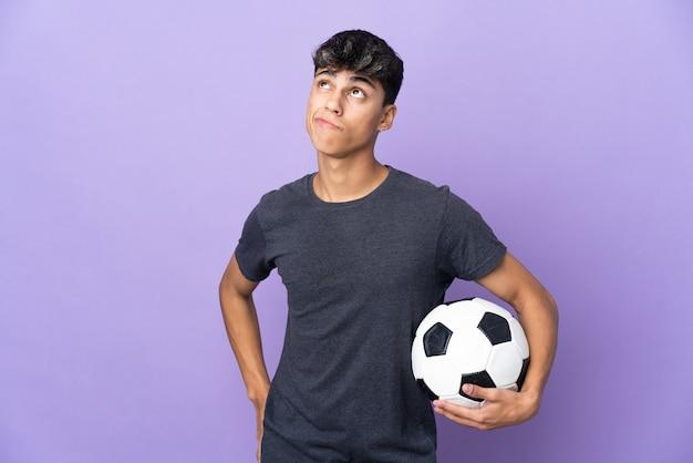 Jonge voetballer man over paars en opzoeken