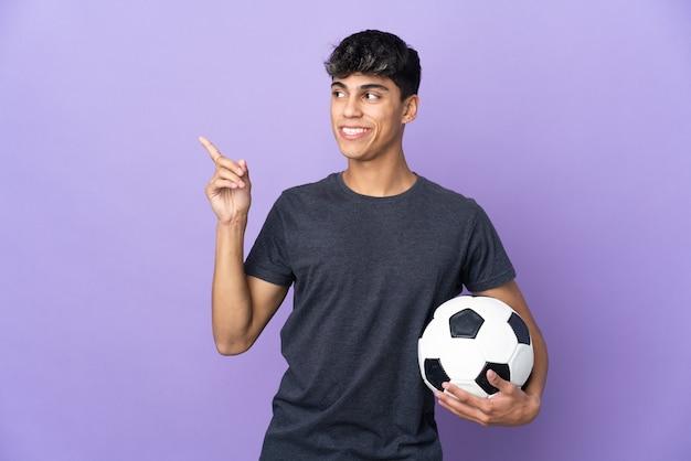 Jonge voetballer man over paars van plan om de oplossing te realiseren terwijl hij een vinger opheft