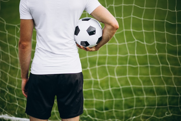 Jonge voetballer op het voetbalveld