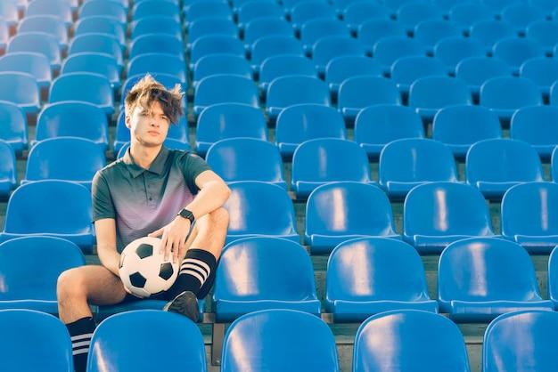 Jonge voetballer op stadion