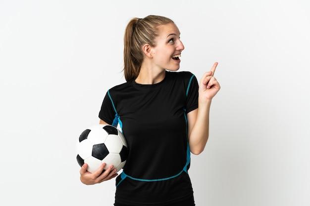 Jonge voetballer vrouw geïsoleerd op een witte achtergrond van plan om de oplossing te realiseren terwijl het opheffen van een vinger