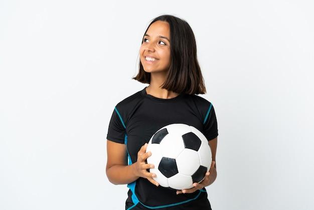 Jonge voetballer vrouw geïsoleerd op wit denken een idee terwijl opzoeken