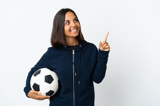 Jonge voetballervrouw die op wit een geweldig idee benadrukt
