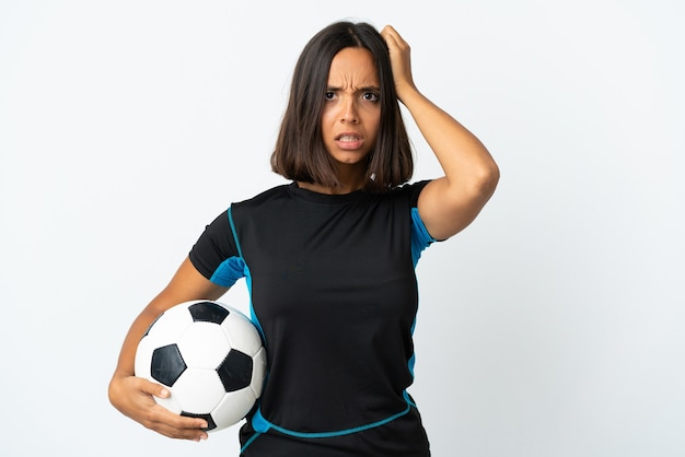Jonge voetballervrouw op wit met een uitdrukking van frustratie en niet begripvol