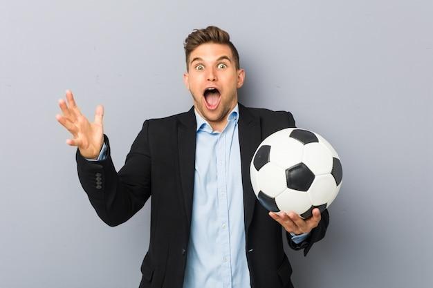 Jonge voetbaltrainer die een overwinning of een succes viert