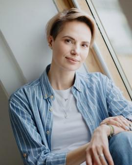 Jonge volwassen mooie europese vrouw model poseert portret van een blanke vrouw