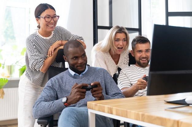 Jonge volwassen vrienden die plezier hebben tijdens het spelen van videogames