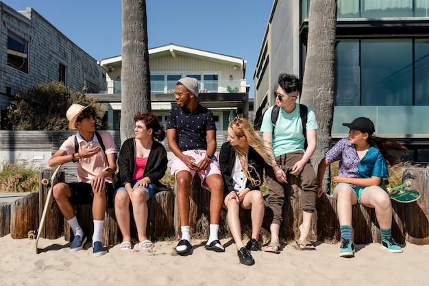 Jonge volwassen vrienden genieten van de zomer in venice beach, los angeles