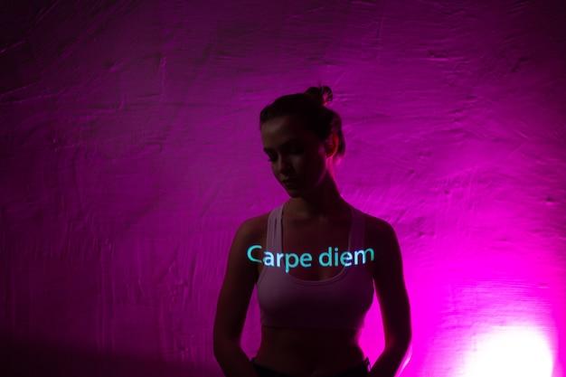 Jonge volwassen vrouw met woorden carpe diem vertaald uit het latijn als pluk de dag op haar lichaam