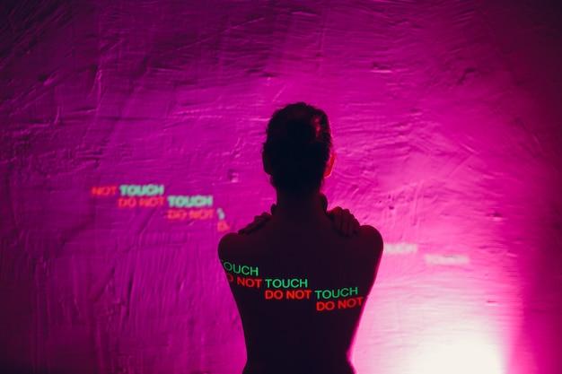 Jonge volwassen vrouw met woorden niet aanraken op haar lichaam. concept van seksuele intimidatie.