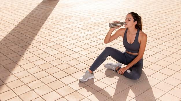 Jonge volwassene die buiten fitness doet
