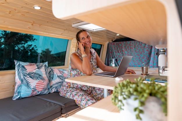Jonge volwassene die een digitaal apparaat gebruikt tijdens het reizen