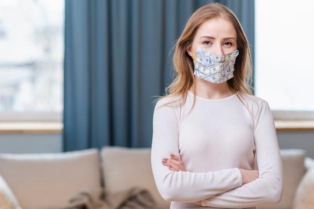 Jonge volwassene die een middelgrote mening van het beschermingsmasker draagt