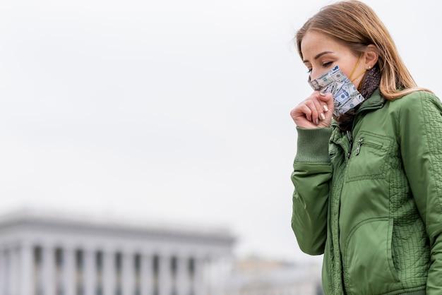 Jonge volwassene die in openlucht een beschermingsmasker draagt