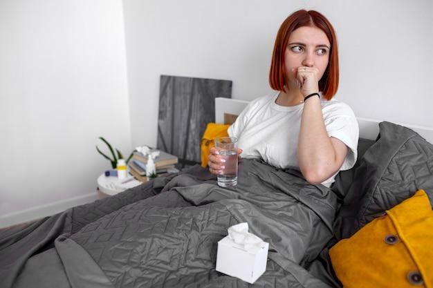 Jonge volwassene die thuis ziek is