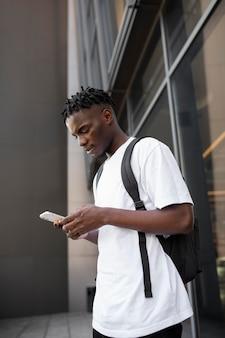 Jonge volwassene die zijn digitale apparaat gebruikt