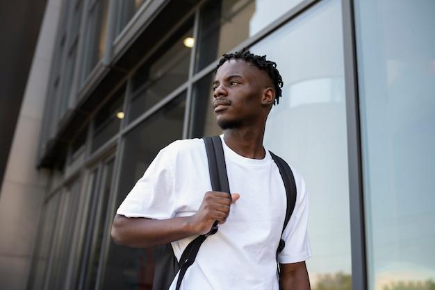 Jonge volwassene wandelen door de stad