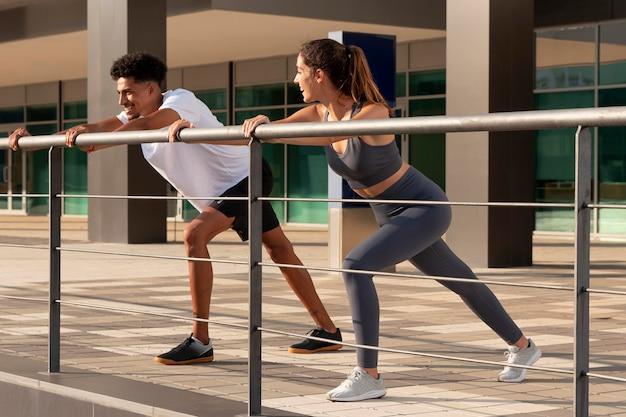 Jonge volwassenen die buiten fitness doen Gratis Foto